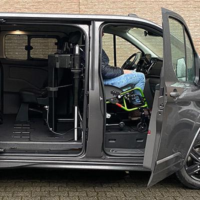 Weersink rolstoellift meerijden in rolstoelbus eerste zitrij open bus