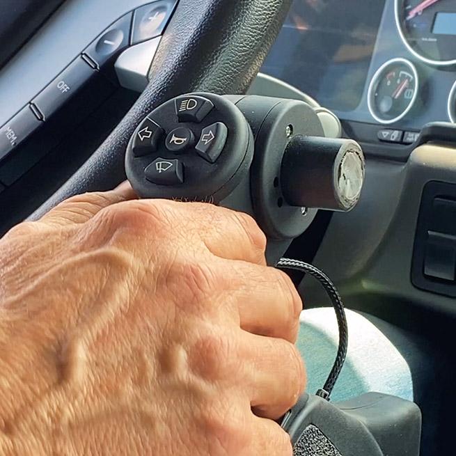 Weersink rolstoellift vrachtwagen truck zelf rijden lastwagen aanpassing stuurassistentie