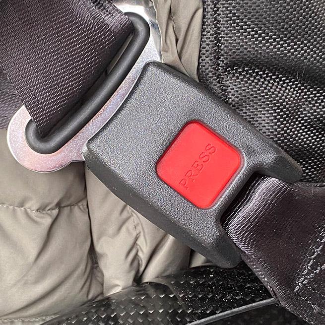 Weersink meerijden in de rolstoel in de bus dubbelcabine lift veilig gordel