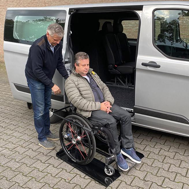 Weersink meerijden in rolstoelbus dubbelcabine lift
