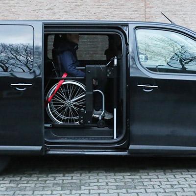 Weersink rolstoellift meerijden in rolstoelbus tweede zitrij open bus