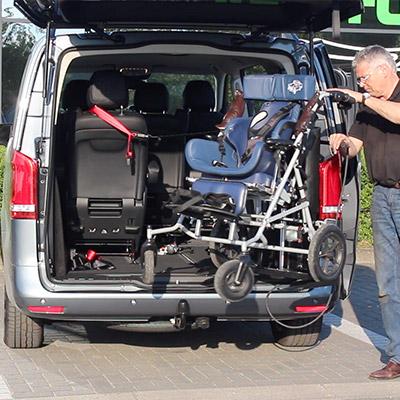 Weersink rolstoellift meerijden in rolstoelbus derde zitrij open bus