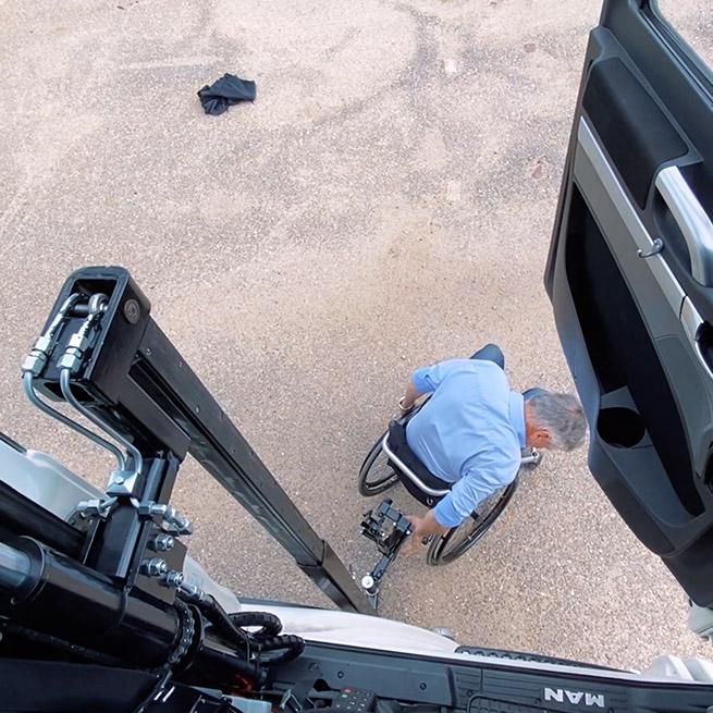 Weersink rolstoellift vrachtwagen truck zelf rijden lastwagen aanpassing vastkoppelen