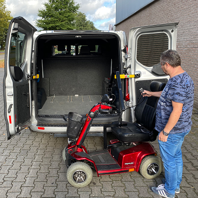 Weersink Scootmobiel opbergen achterin bus lift kofferbaklift