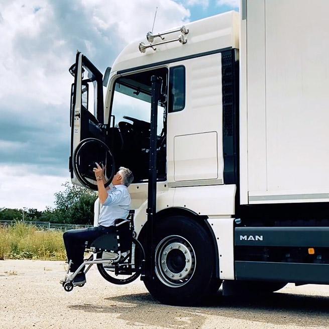 Weersink rolstoellift vrachtwagen truck zelf rijden lastwagen aanpassing omhoog