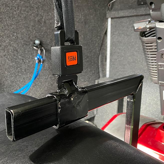 Weersink Scootmobiel opbergen achterin bus lift kofferbak veiligheid met gordel hijspunt