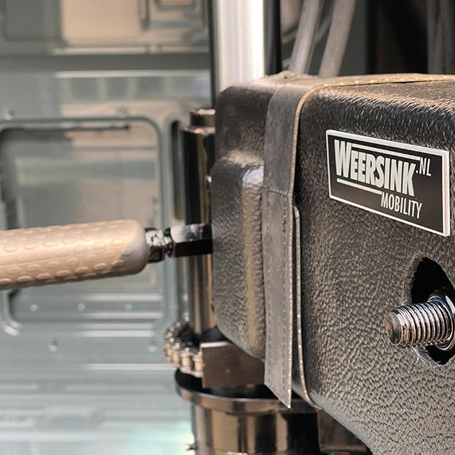 Weersink rolstoellift in camper met lift in rolstoelcamper meerijden of zelf rijden close up