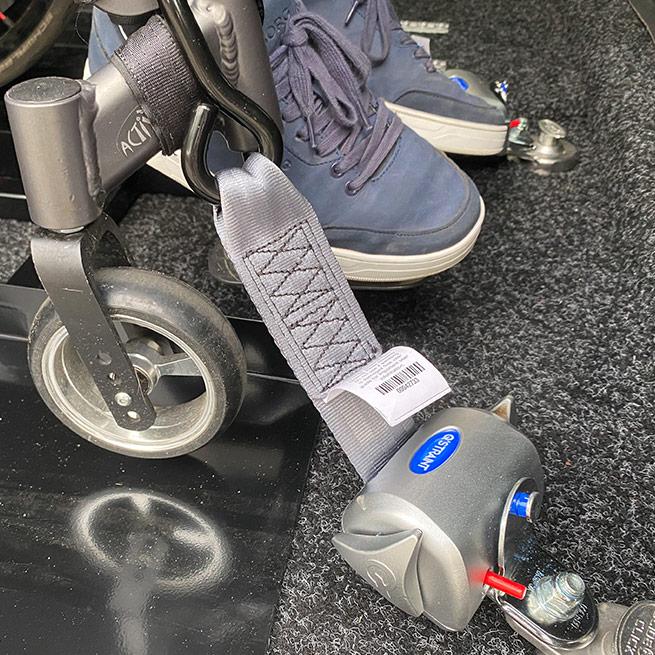 Weersink meerijden in de rolstoel in de bus dubbelcabine lift vastzetten