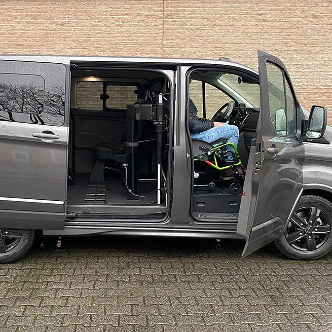 Weersink rolstoellift rolstoelbus prijs eerste zitrij open bus zijaanzicht