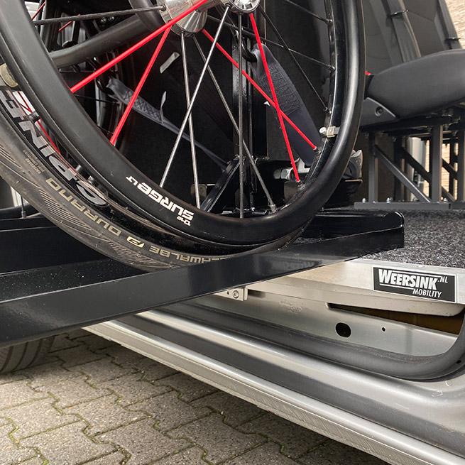 Weersink meerijden in de rolstoel in de bus dubbelcabine lift veilig