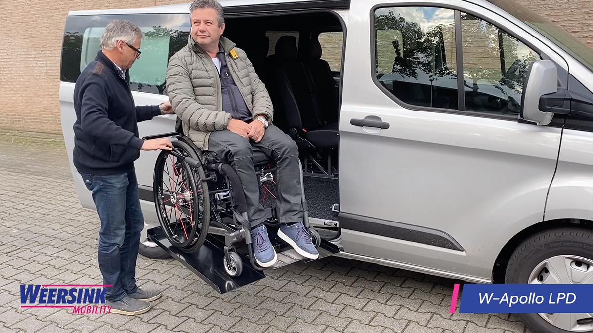 Meerijden in rolstoellift passagier thumb voor website rolstoelbus