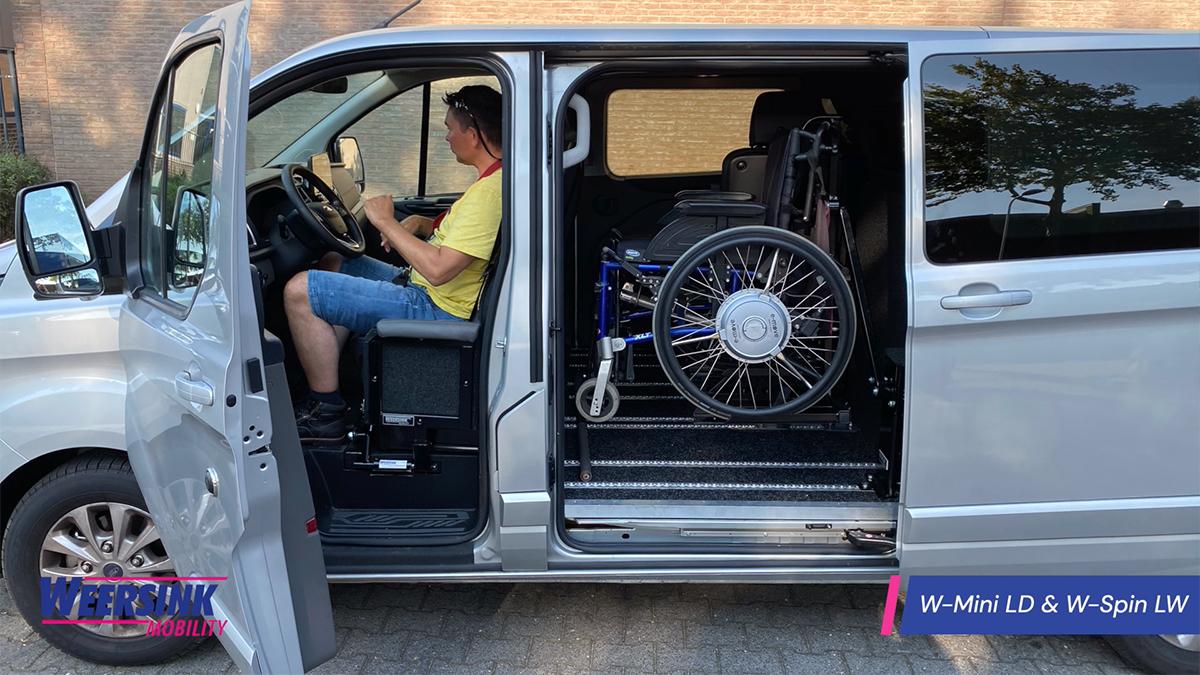 Rolstoelbus zelfrijden na transfer met rolstoellift weersink