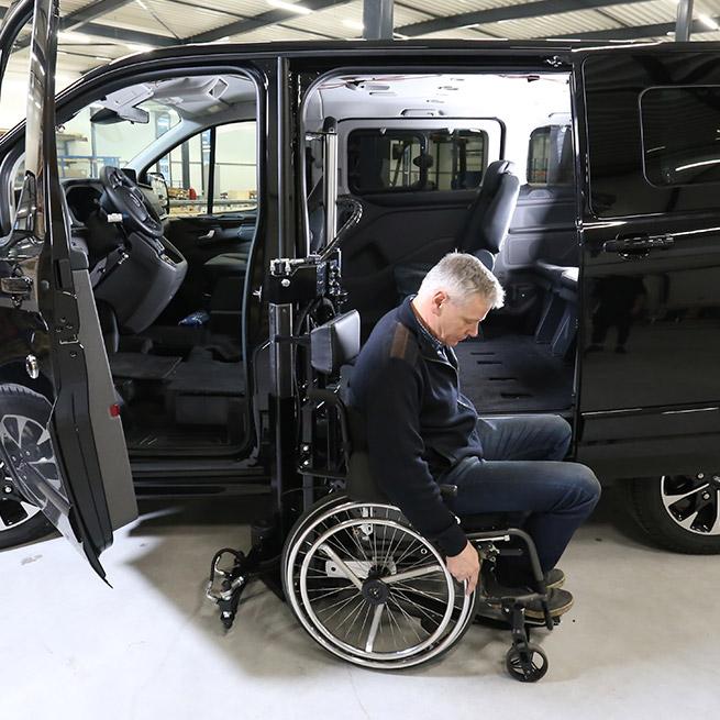Weersink-zelfrijden-rolstoelbus-lift-indraaien1