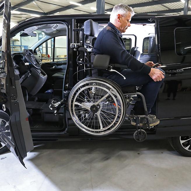 Weersink-zelfrijden-rolstoelbus-lift-indraaien2