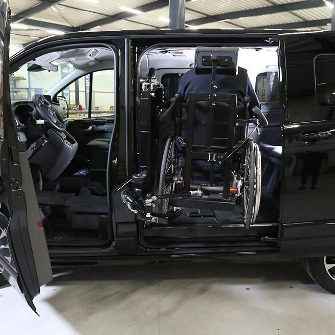 Weersink-zelfrijden-rolstoelbus-lift-indraaien3