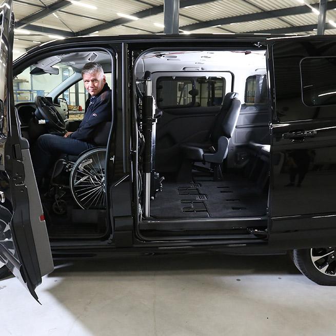 Weersink-zelfrijden-rolstoelbus-lift-indraaien5