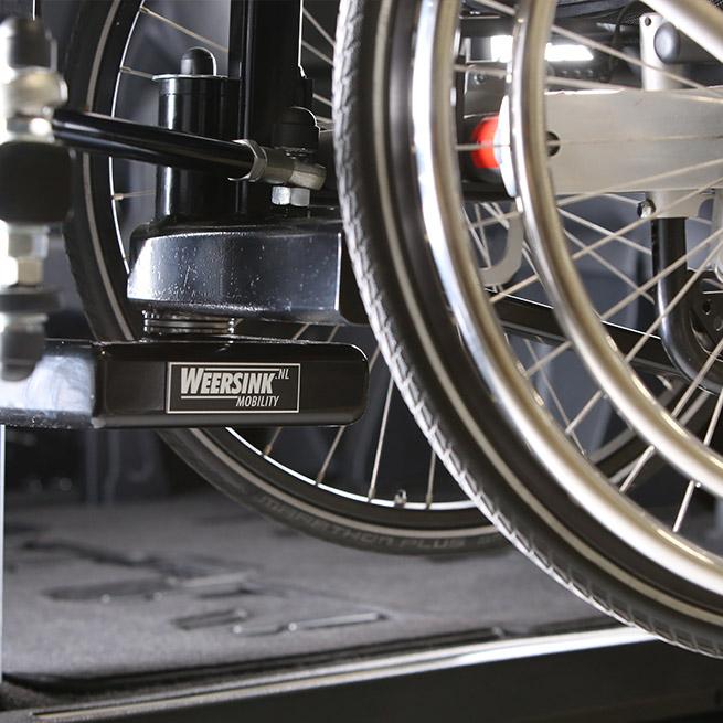Weersink-zelfrijden-rolstoelbus-lift-indraaien6