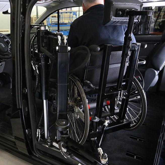 Weersink-zelfrijden-rolstoelbus-lift-indraaien7