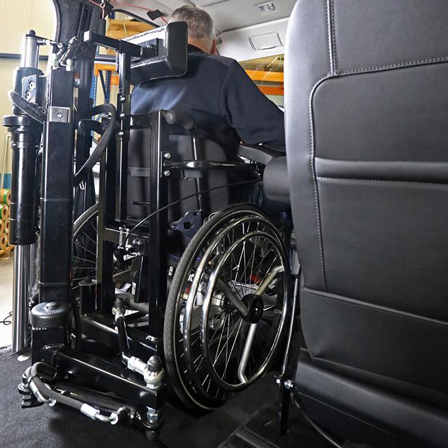 Weersink-zelfrijden-rolstoelbus-lift-indraaien8
