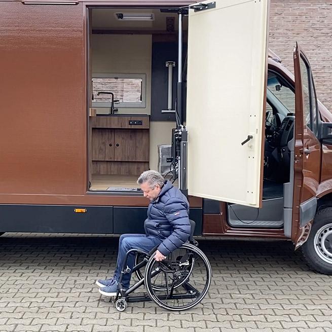 Camper rolstoel lift zijkant instappen rolstoelcamper op de grond