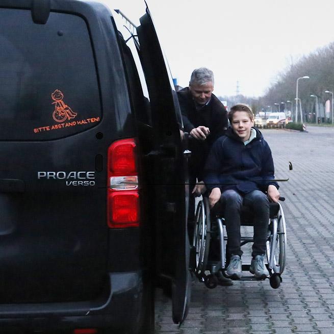 Weersink rolstoelbus met rolstoellift zijkant instappen compact lift tweede rij zijaanzicht