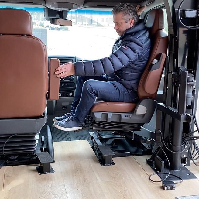 Camper rolstoel lift zijkant instappen rolstoelcamper draaistoel bijrijder
