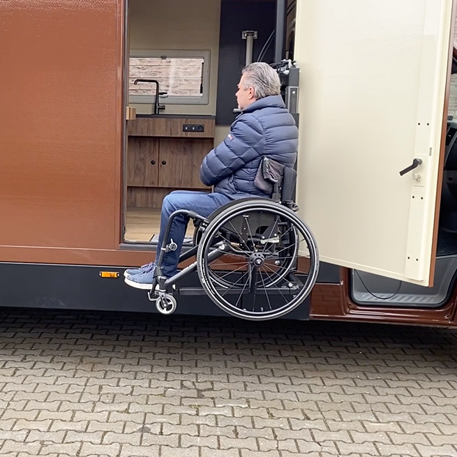 Camper rolstoel lift zijkant instappen rolstoelcamper lift half omhoog
