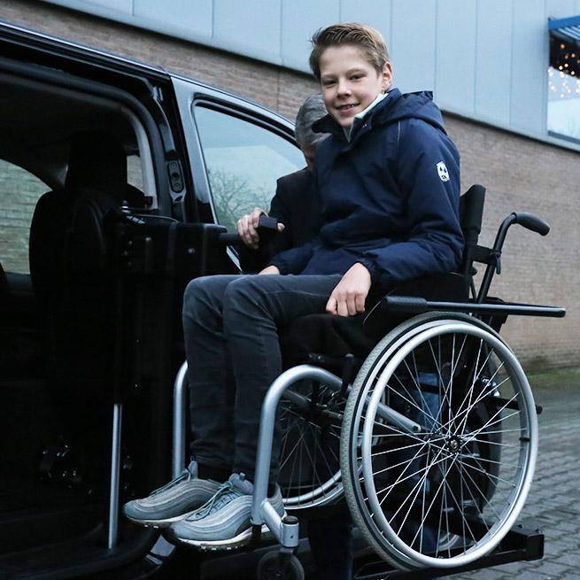 Weersink rolstoelbus met rolstoellift zijkant instappen compact lift tweede rij hoogste stand