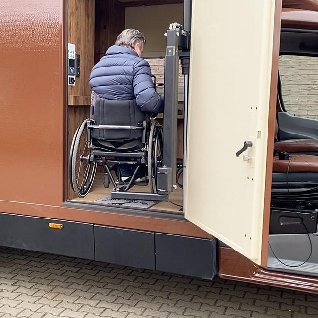 Camper rolstoel lift zijkant instappen rolstoelcamper met de rolstoel in de camper