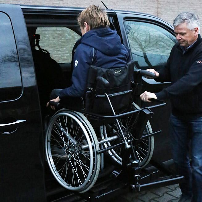 Weersink rolstoelbus met rolstoellift zijkant instappen compact lift tweede rij naar binnen draaien
