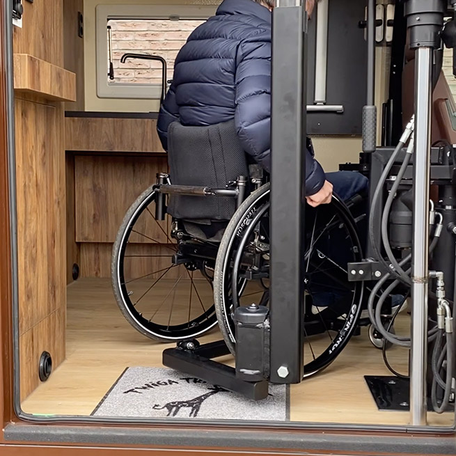 Camper rolstoel lift zijkant instappen rolstoelcamper rolstoel staat in de camper