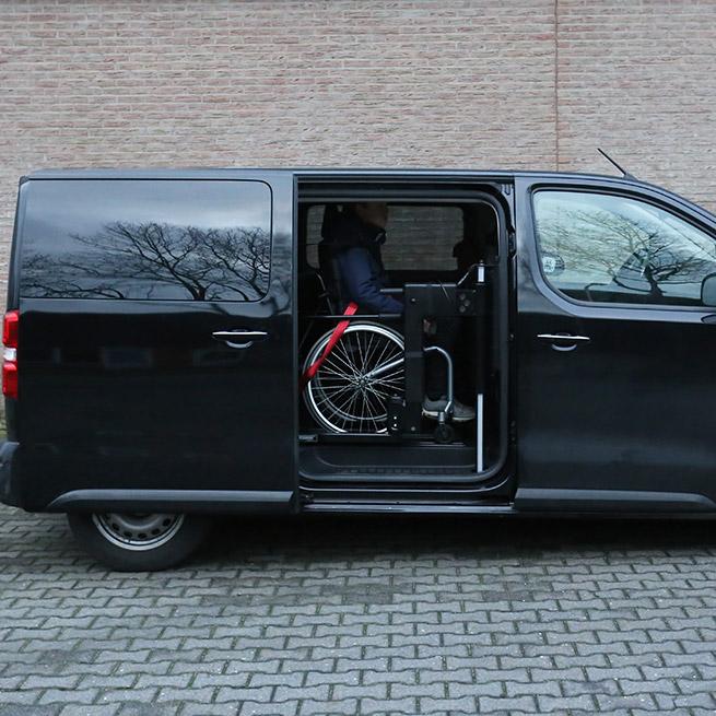 Weersink rolstoelbus met rolstoellift zijkant instappen compact lift tweede rij overview zijaanzicht