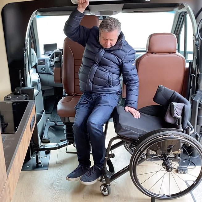 Camper rolstoel lift zijkant instappen rolstoelcamper transfer