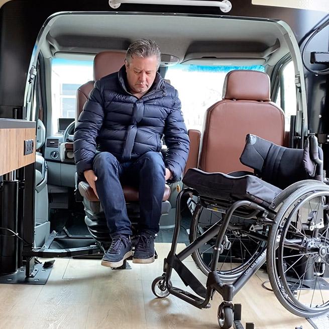 Camper rolstoel lift zijkant instappen rolstoelcamper bestuurdersstoel