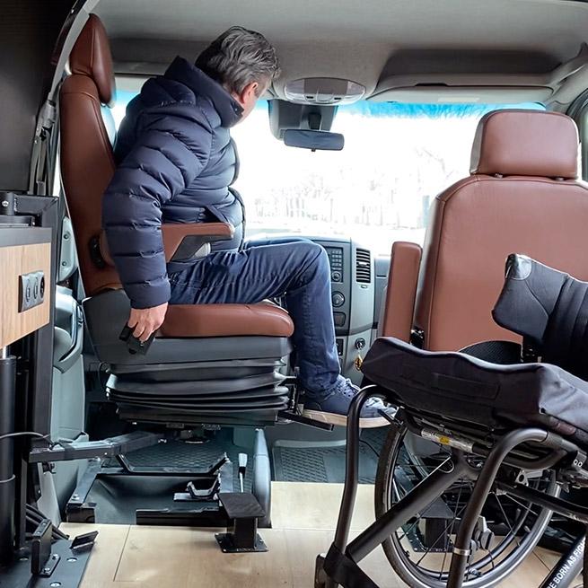 Camper rolstoel lift zijkant instappen rolstoelcamper draaistoel