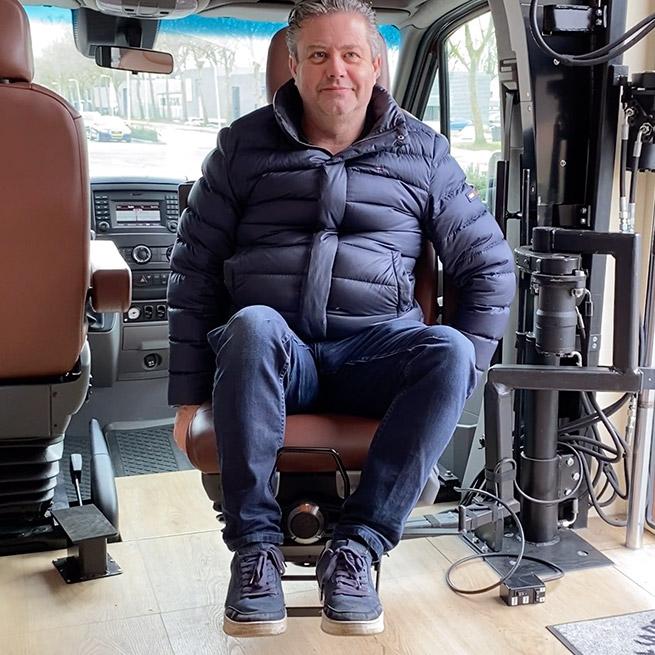 Camper rolstoel lift zijkant instappen rolstoelcamper bijrijdersstoel