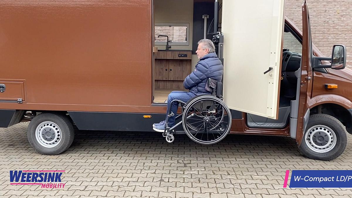Camper Rolstoel lift in camper zijkant instappen rolstoelcamper