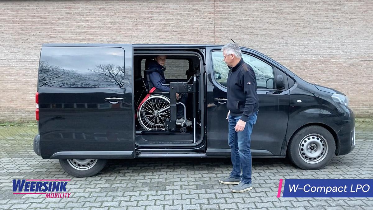 Weersink rolstoelbus met rolstoellift op de tweede zitrij zijkant instappen hagel