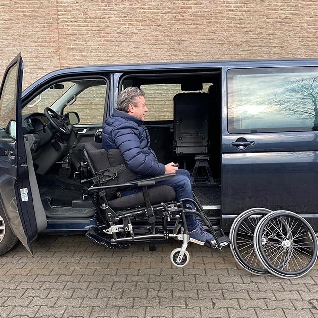 Rolstoelbus zelfrijder automaat met rolstoellift zijkant instappen zelf rijden onderaan