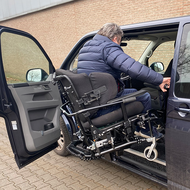 Rolstoelbus zelfrijder automaat met rolstoellift zijkant instappen zelf rijden indraai
