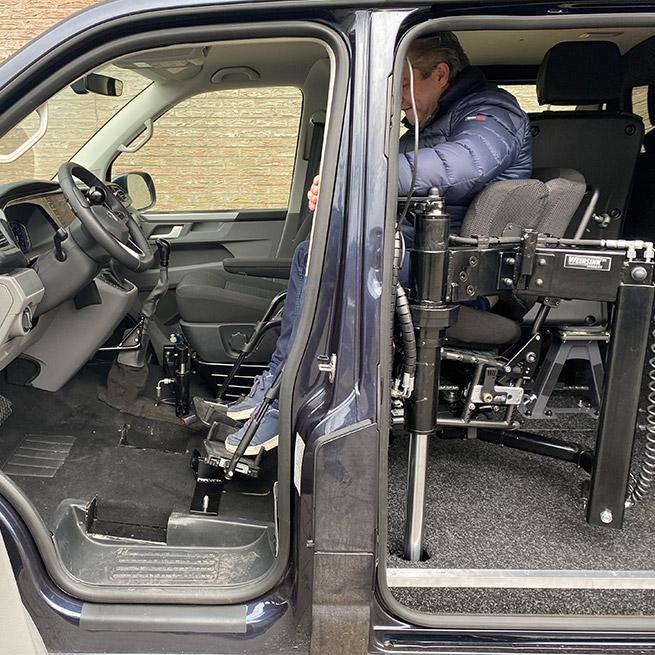 Rolstoelbus zelfrijder automaat met rolstoellift zijkant instappen zelf rijden binnen de bus
