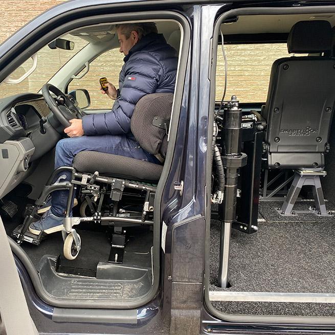 Rolstoelbus zelfrijder automaat met rolstoellift zijkant instappen zelf rijden achter het stuur