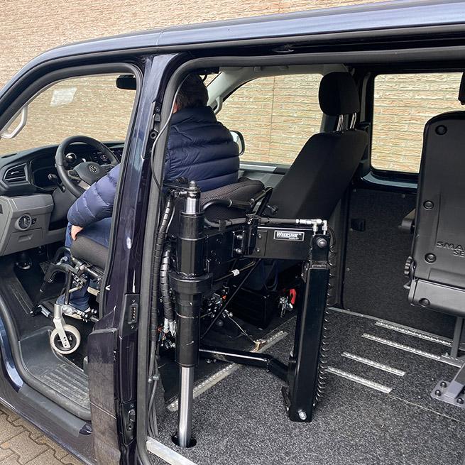 Rolstoelbus zelfrijder automaat met rolstoellift zijkant instappen zelf rijden achter het stuur aanzicht