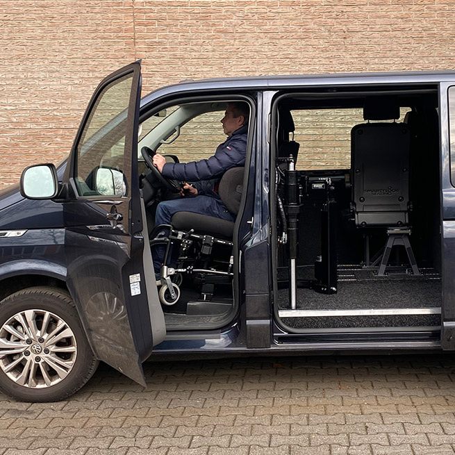 Rolstoelbus zelfrijder automaat met rolstoellift zijkant instappen zelf rijden achter het stuur zijaanzicht