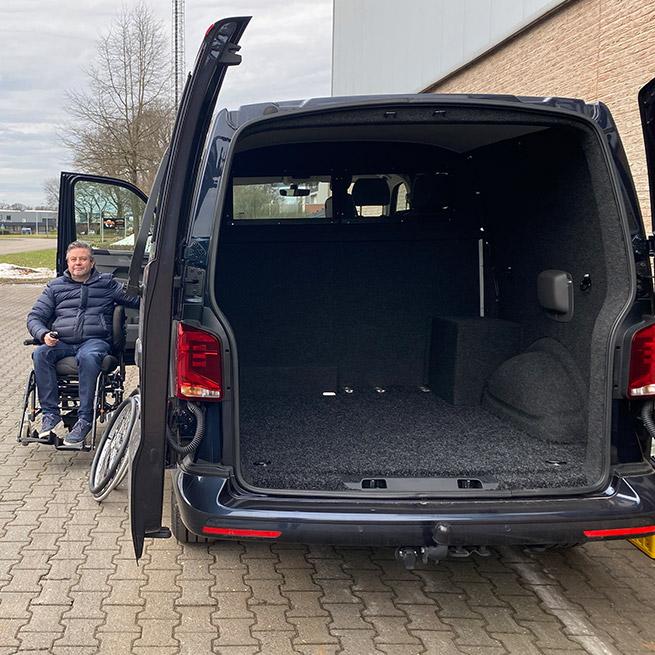 Rolstoelbus zelfrijder automaat met rolstoellift zijkant instappen zelf rijden laadruimte