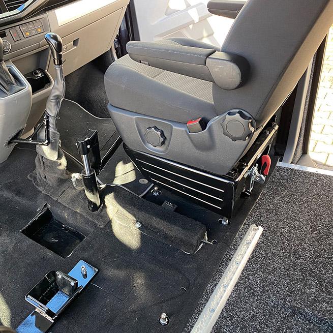 Rolstoelbus zelfrijder automaat met rolstoellift zijkant instappen zelf rijden stoel verplaatsen