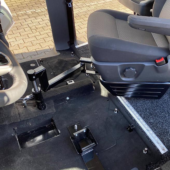 Rolstoelbus zelfrijder automaat met rolstoellift zijkant instappen zelf rijden stoel helft