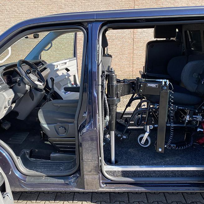 Rolstoelbus zelfrijder automaat met rolstoellift zijkant instappen zelf rijden zijaanzicht rolstoel achter