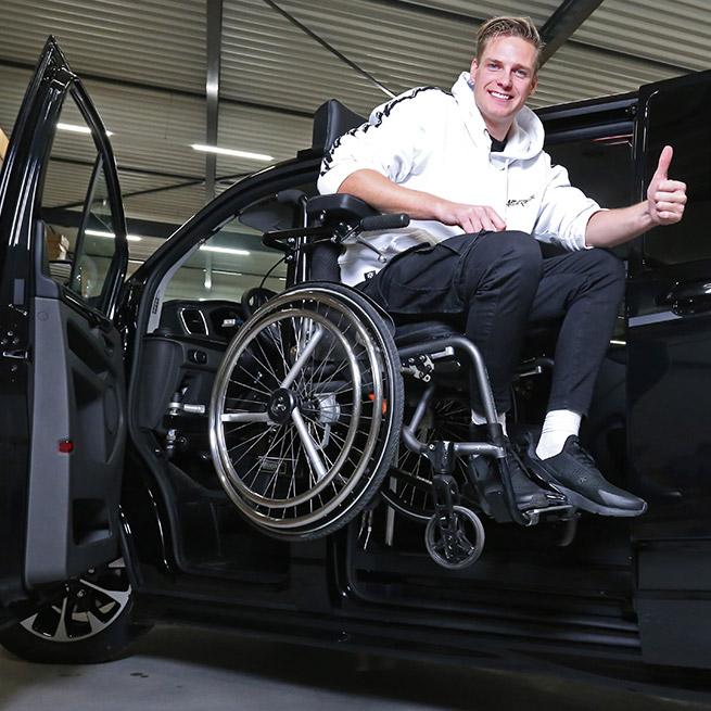 Rolstoellift bus rolstoelbus zijkant instappen
