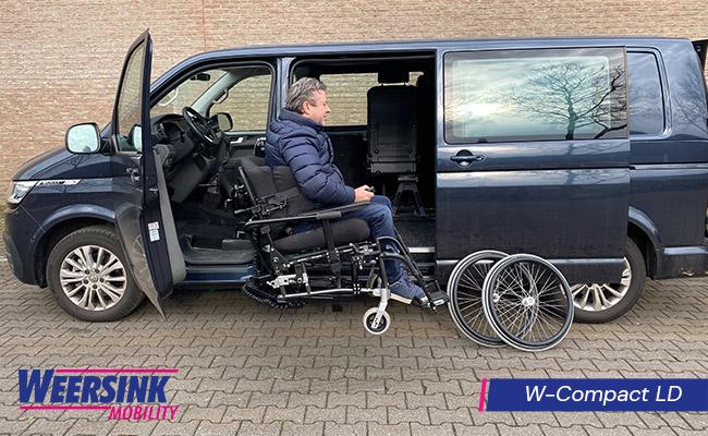 Zelfrijder automaat in rolstoel achter het stuur rolstoellift in rolstoelbus